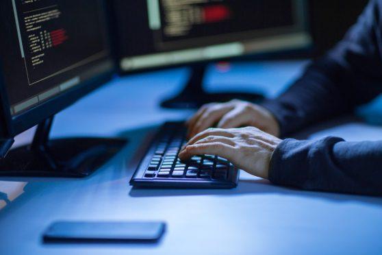 Uma imagem que ilustra uma pessoa digitando no computador