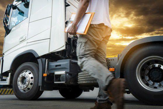uma imagem que ilustra uma pessoa no lado do caminhão